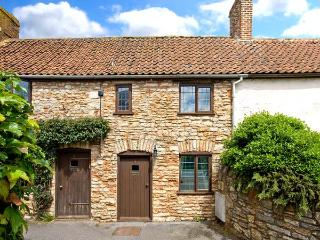 LITTLE BROOK, feature beams, inglenook fireplace, enclosed courtyard with furniture, good touring base, in Coxley, Ref 18049, Wells