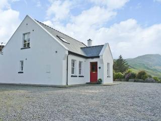 HOLLY GLEN, quality detached cottage, open fire, freestanding bath, ideal for families, near Ardara, Ref 915306