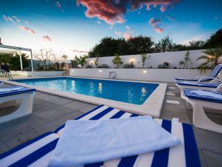 pool - sun loungers