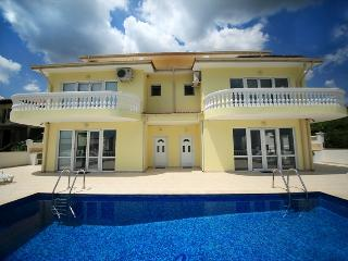 VILLA 'EMLOTI' FOR 12 PEOPLE WITH PRIVATE POOL, Balchik