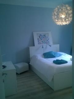 Camera matrimoniale ampia, spaziosa e molto luminosa. Wifi fibra ottica. Aria condionata
