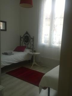 Camera da letto con due comodi letti singoli, previa richiesta è possibile unire i due letti.