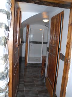 Salle de douche  2- bathroom 2 with a large shower