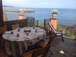 Il terrazzo sul mare per degustare le pietanze tipiche siciliane aq base di pesce azzurro
