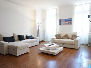 !Golden Square: Large 2Bd Apartment Wifi, Aircon !