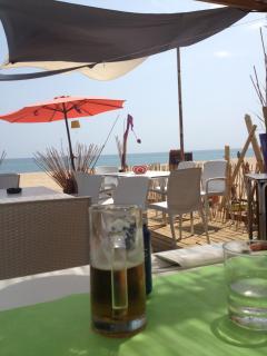 Canet de Mar strand/beach: Een drankje in de strandtent/Having a drink on the beach