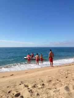 Canet de Mar: Strandwachten oefenen vroeg in de ochtend/Early morning life guards practice