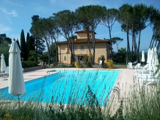 Apartment 2+2 with view, pool, garden, best position for relax & visit Tuscany