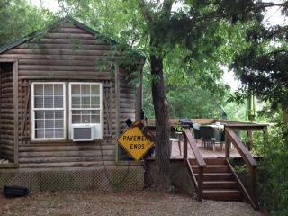 Prairie Creek Cabin-paved 2 mi to 71-sleeps 5, Mena