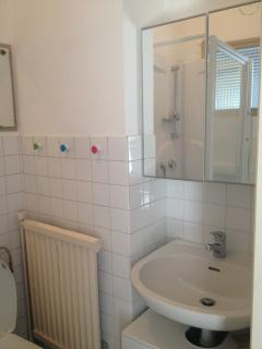 salle de bain simple, propre et fonctionnelle