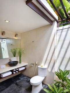 Poolside retreat ensuite bathroom