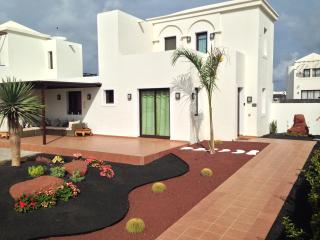 New 3 Bed Villa Hot Tub Near Faro Park Pool WIFI, Playa Blanca