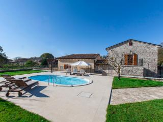 Newly renovated Villa Stauri, beautiful property with private pool and jacuzzi, Zminj