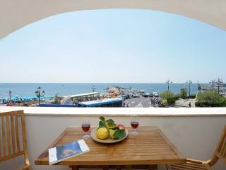 Una Rotonda sul Mare with terrace and sea view