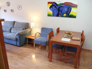 Salón, sofá cama y mesa de comedor