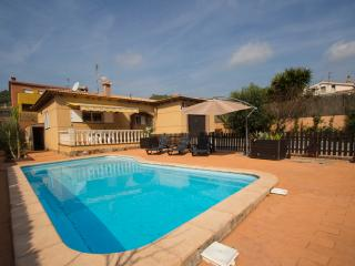 Three-bedroom villa in Mas Borras with a private pool, just 5 minutes from the