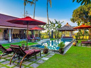 3 bedroom villa with pool / living room on left