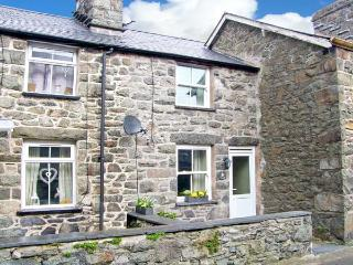 TY COSY, en-suite bedroom, open plan living area, close to amenities in Dolgellau, Ref 22637