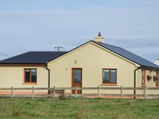 MULLAGH COTTAGE, detached, all ground floor, electric fire, WiFi, patio with furniture, good touring base, near Mullagh, Ref 917695