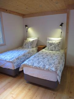 The master bedroom can be arranged with a king size bed or 2 singles (90x200cm)