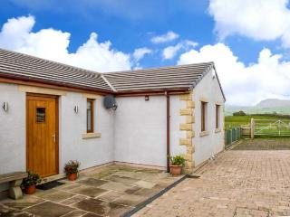 INGLEBOROUGH VIEW, stable block conversion, en-suite, Jacuzzi bath, modern accom