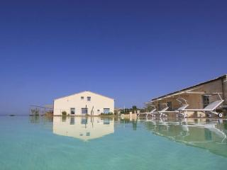 Sud, Petrantica Resort with scenic pool, 6 people, Marina di Ragusa