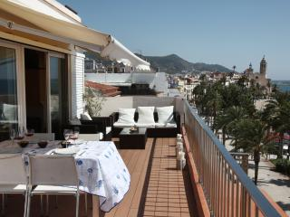 Sitges Views: luxury flat on the top floor with 50 m² terrace on the waterfront