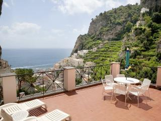 Le Rose 5 with large terrace, sea view and pool, Ravello