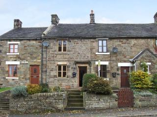 TOWN HEAD 1837, mid-terraced cottage, freestanding bath, woodburner, off road parking, in Longnor, Ref 915756