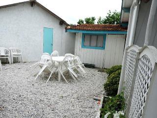 Idyllic house nestled in garden, Lege-Cap-Ferret