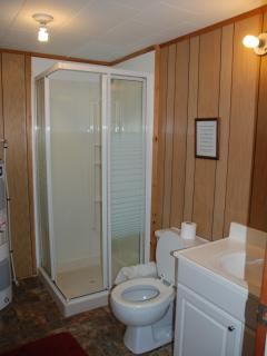 White Cottage: Bathroom with stand-up shower