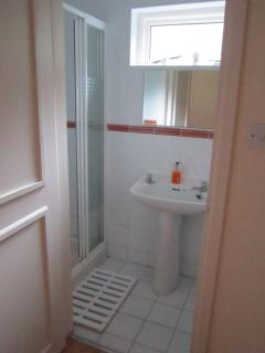 The En-suite bathroom with the 2 single bed bedroom