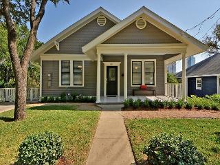 3BR/2BA Downtown Charming Bungalow, Sleeps 8, Austin