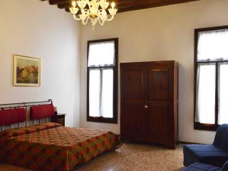 Flat with a nice canal view in the heart of Venice, Venecia