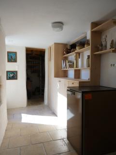 Couloir au rez de chaussée donnant accès aux différents volumes de la maison
