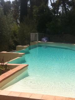 4 BR, Maison agreable, Grand Jardin securise, Piscine a eau salee.
