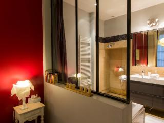 Le Loisy - The glass separation between the bedroom and bathroom (with curtains for privacy)