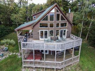 Spacious 4 Bedroom Mountain Chalet with phenomenal mountain views!