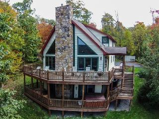 Gorgeous 4 Bedroom Mountain Log home w/ Hot Tub & Stunning Views!, McHenry