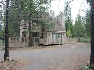 Rhododendron 4 is a charming home close to Sharc!, Sunriver