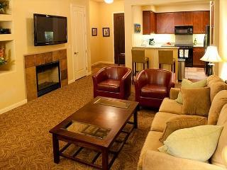 Upstairs One Bedroom Legacy Villas Retreat Overlooking a Community Fountain!, La Quinta