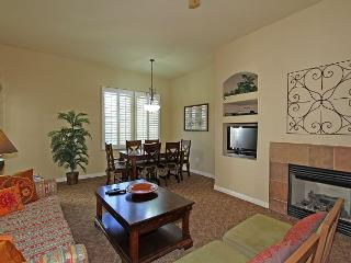 An Upstairs One Bedroom Legacy Villa with a Private Balcony and Fountain View, La Quinta