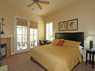 An Upstairs Studio Legacy Villa with a King Bed and Private Balcony!, La Quinta