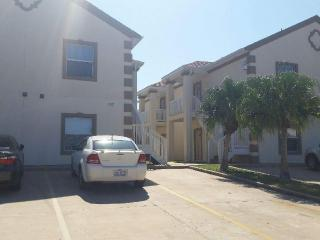 Spacious 2/2 condo- 1 minute walk to the beach, Port Isabel