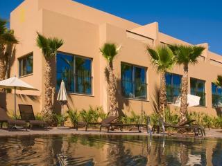 Luxury  3 bedroom Townhouse - Stroll to Beach, Albufeira