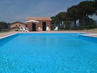 8 bedroom luxury Rome villa with pool, tennis courts & football pitch (BFY13193)