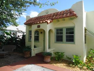 Cozy Cottage within walking distance to down town, Lake Worth
