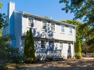 MAYOJ - Modern Lovely Home, Centrally located In the Dodger's Hole Area, Edgartown