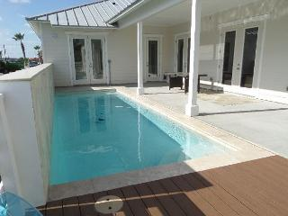 BRAND NEW Sun of A Beach, Sleeps 10, 3 bedroom, 2 bath, PRIVATE POOL, Pets!!, Port Aransas