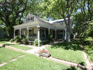 Grape Arbor - 5 Bedroom / 2 Bath Walk to Main St., Fredericksburg